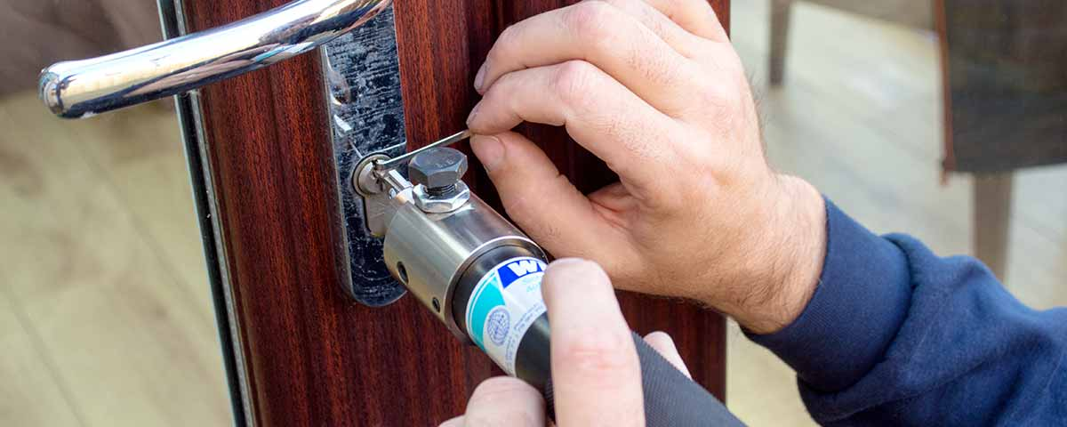 LSJ-locksmith-picking-a-lock